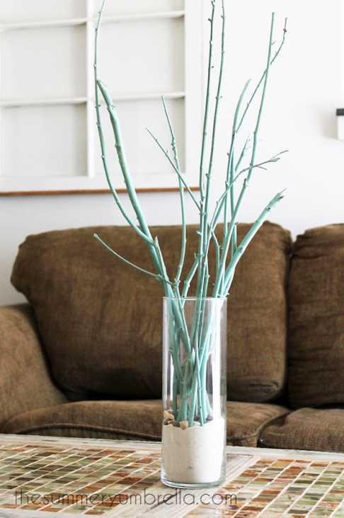 Arredamento con rami secchi: centrotavola colorato, da thesummeryumbrella.com