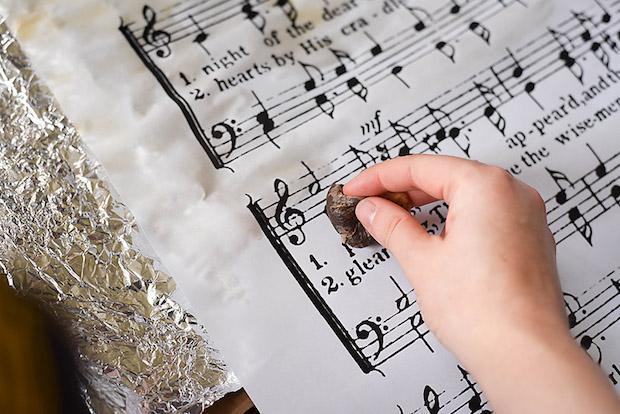 Decorazioni casa con spartiti musicali: poster, parte 2, da ourhandcraftedlife.com