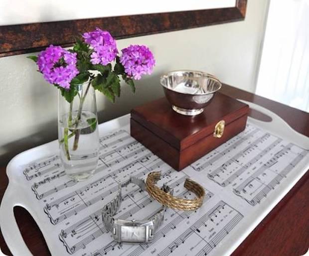 Decoupage su vassoio con partiture musicali, da centsationalgirl.com