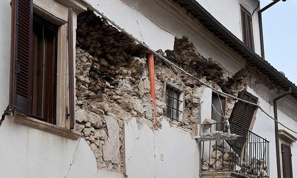 Frantumazione della muratura dovuta a un cordolo in cemento armato