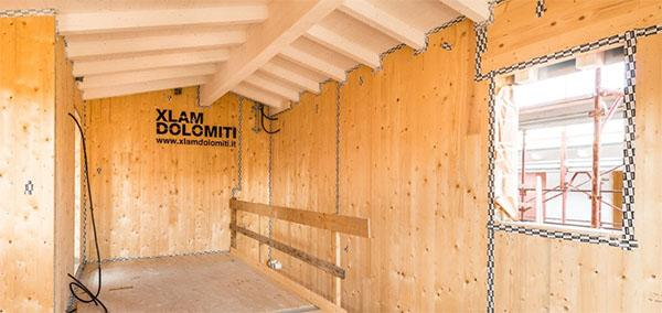 Interno di una casa in legno di Xlam Dolomiti durante la costruzione