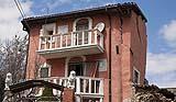 Tipici danni da terremoto il ribalamento di una facciata