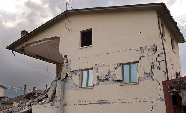 Ribaltamento di facciata accentuato da un tetto in cemento armato