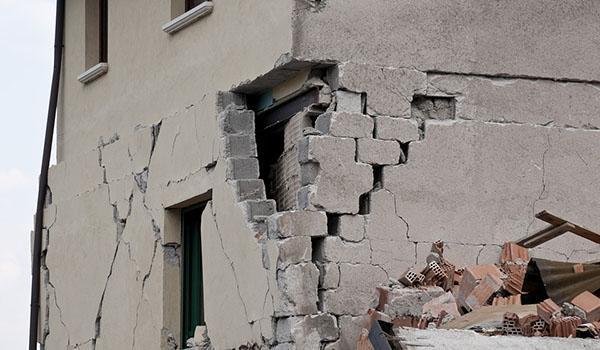 Tipici danni da terremoto dovuti a taglio diagonale