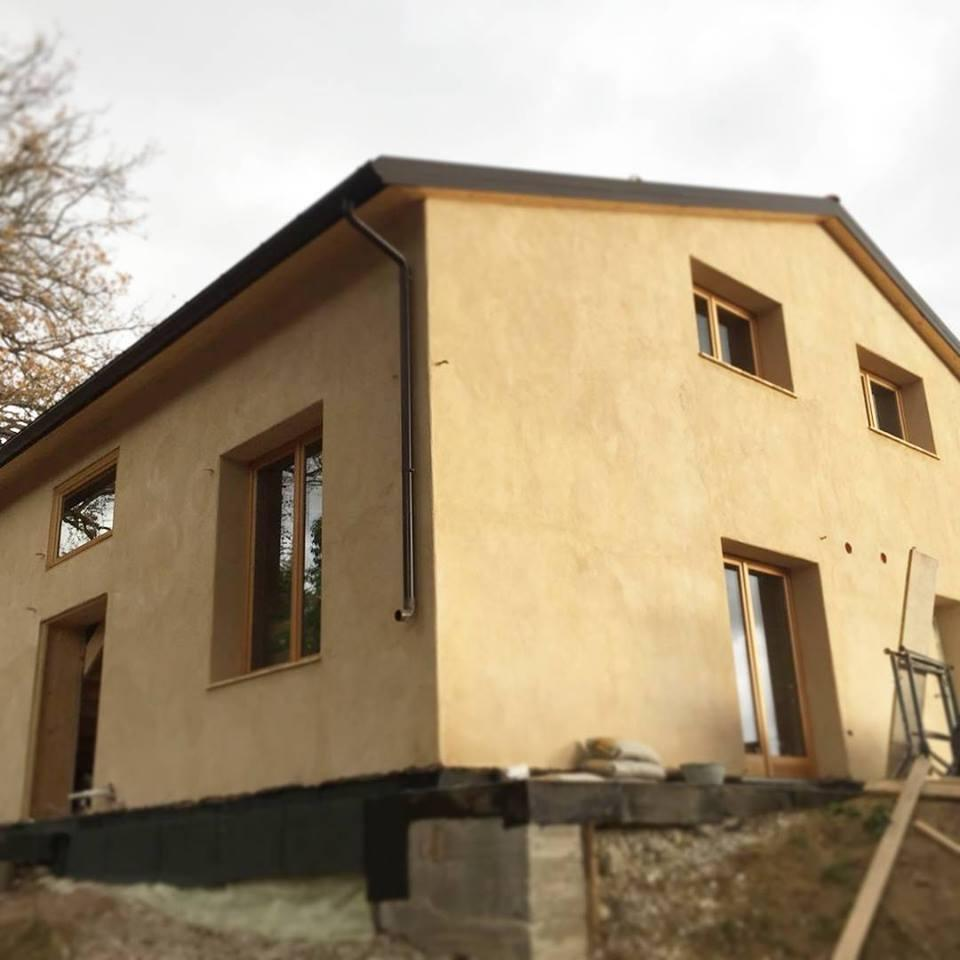 Tipica casa antisismica in legno e paglia di Archética