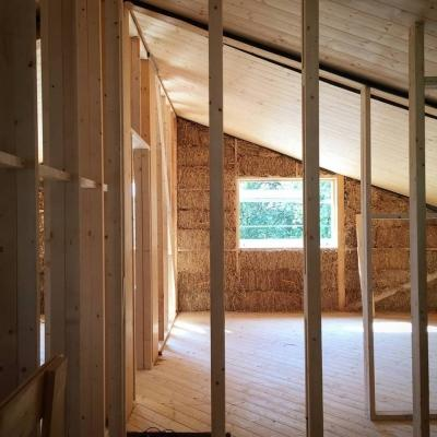 Interno di una casa antisismica in legno e paglia di Archética durante la costruzione