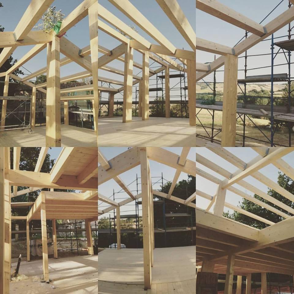 La struttura portante a traliccio di legno di un edificio di Case In Paglia