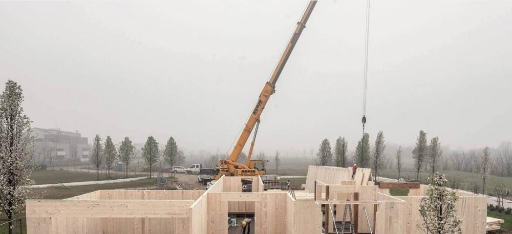 Una casa in legno di Xlam Dolomiti durante la costruzione