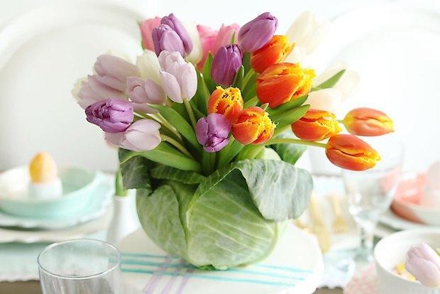 Centrotavola con i fiori e un cavolo, da darlingdarleen.com