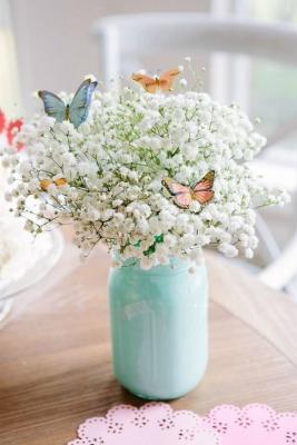 Centrotavola fai da te con fiori e farfalle, da designimprovised.com