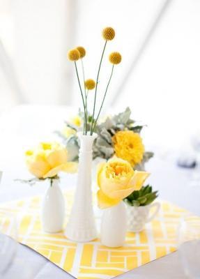 Centrotavola fai da te con fiori gialli, da stylemepretty.com