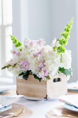 Centrotavola fai da te con cassette di legno e fiori, da thehomeicreate.com