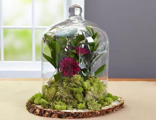 Centrotavola fai da te con fiori e un tronco d'albero, da divinecaroline.com