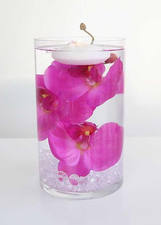 Centrotavola con fiori e candele galleggianti, da afloral.com