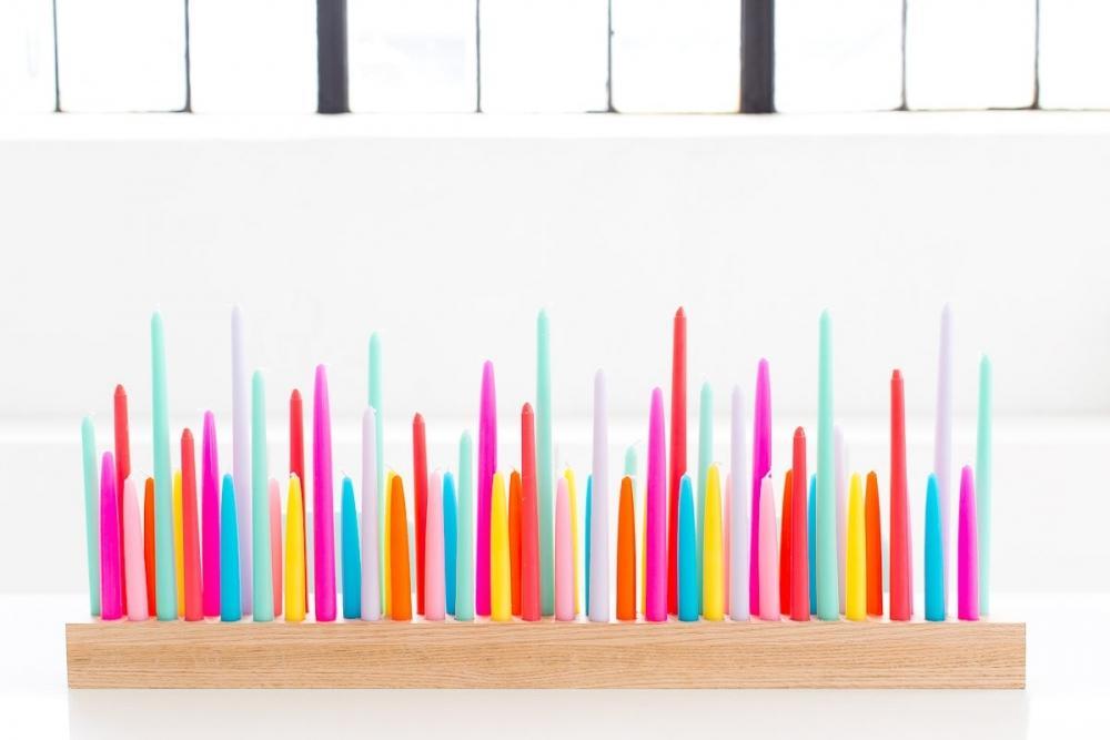Centrotavola fai da te con candele colorate, da sugarandcloth.com