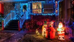 Luminarie natalizie nel giardino di casa