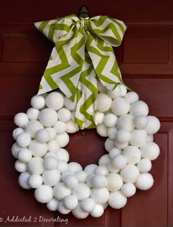 Decorazioni natalizie con le palline in polistirolo: ghirlanda, da addicted2decorating.com