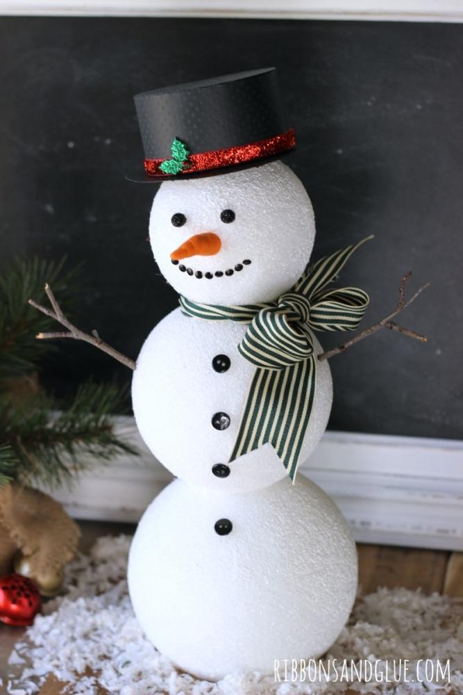 Pupazzo di neve con palline di polistirolo, da ribbonsandglue.com