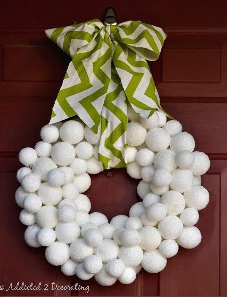 Decorazioni natalizie con il polistirolo: ghirlanda, da addicted2decorating.com