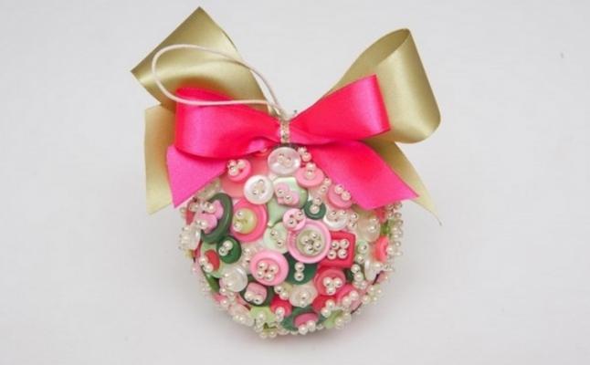 Addobbi natalizi: palline decorate con i bottoni, da diy-enthusiasts.com