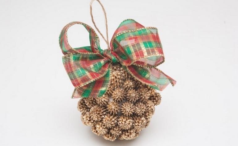 Addobbi natalizi: palline decorate con le pigne, da diy-enthusiasts.com