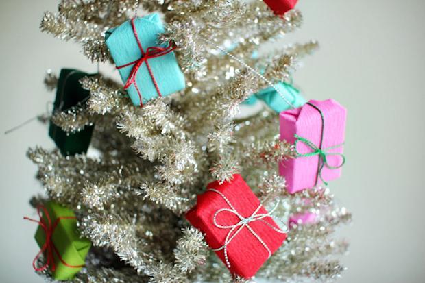 Decorazioni natalizie con la carta: ghirlanda di regali, da ohhappyday.com