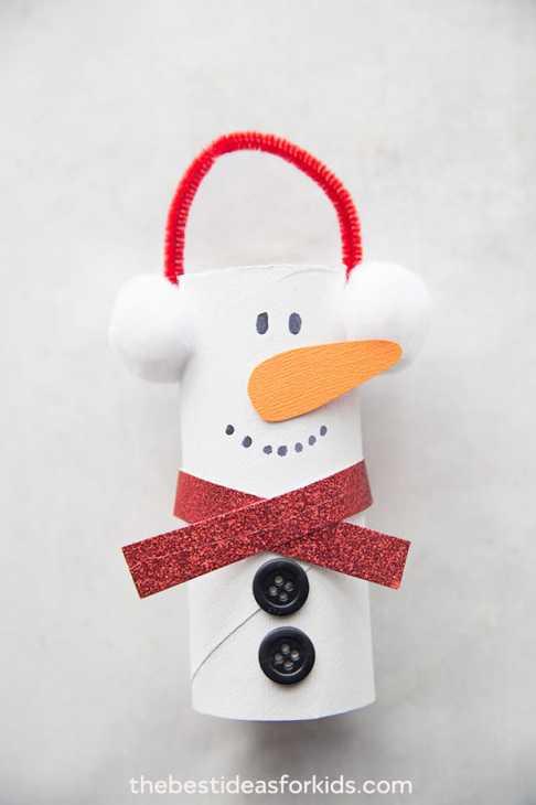 Decorazioni natalizie con rotolo di carta igienica: pupazzo di neve, da thebestideasforkids.com