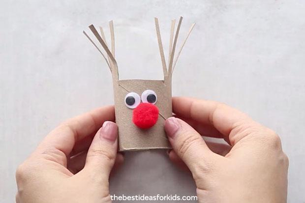 Decorazioni natalizie con rotolo di carta igienica: renna, da thebestideasforkids.com