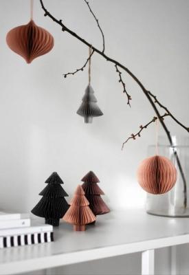 Decorazioni di Natale con carta dal sapore minimal, da thesefourwallsblog.com