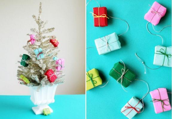 Ghirlanda di regali con carta per l'albero di Natale, da ohhappyday.com