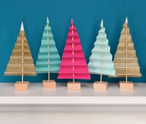 Decorazioni di Natale con alberelli di carta, da curbly.com