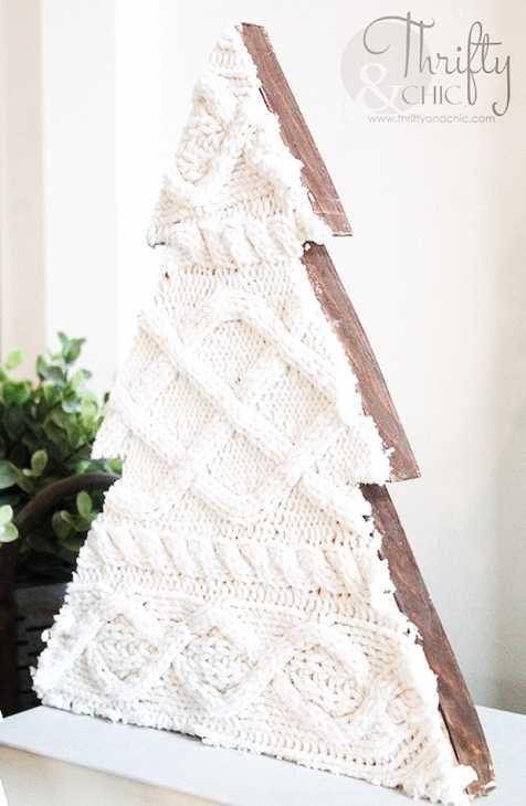 Decorazioni natalizie fai da te con vecchi maglioni: alberello in legno, da thriftyandchic.com