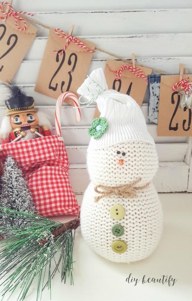 Addobbi natalizi con vecchi maglioni: pupazzo di neve, da diybeautify.com