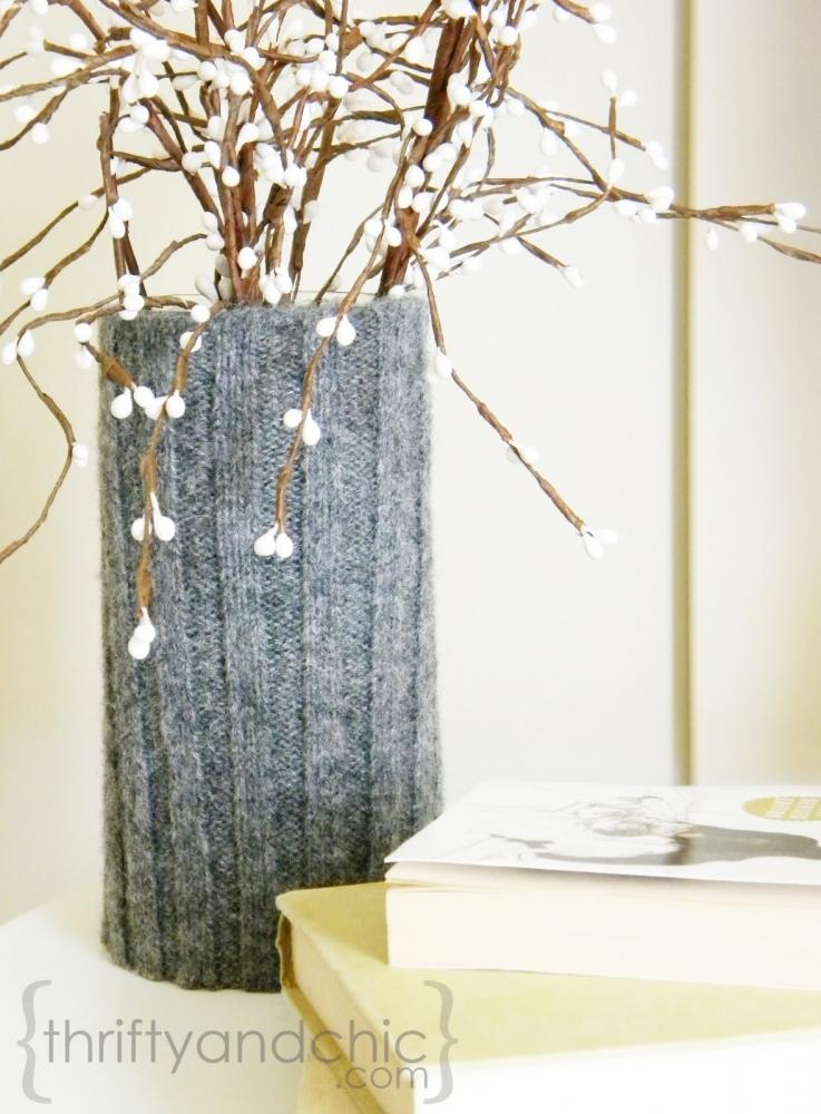 Decorazioni di Natale con il riciclo di vecchi maglioni: vasi, da thriftyandchic.com