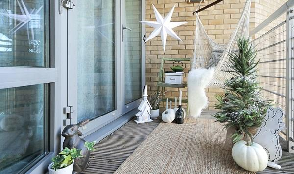Decorare il terrazzo per Natale, da homeismore.co.uk