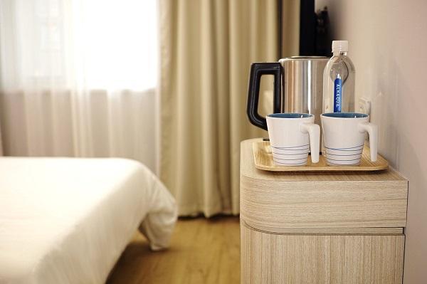 Bollitore, tazze e bevande per gli ospiti