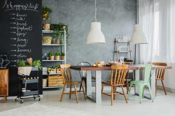Cucina industriale con pareti effetto lavagna