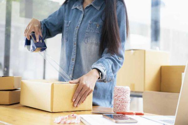 Imballare ed etichettare glii scatoloni prima del setf storage