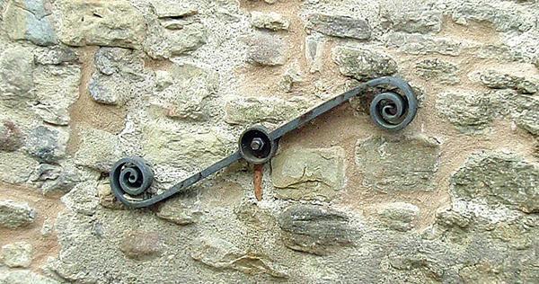 Capochiave moderno a spirale, sconsigliabile per gli sforzi trasmessi alla muratura