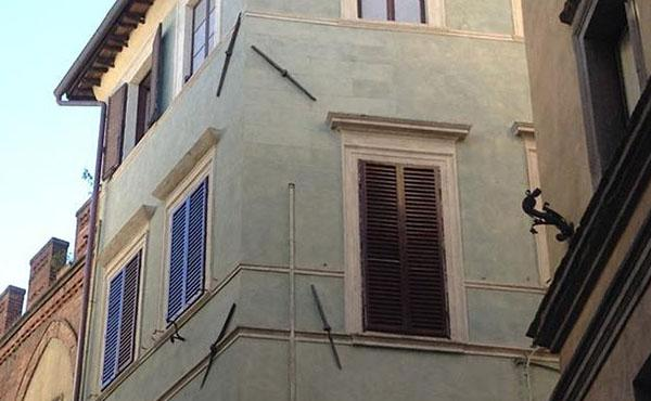 Catene in corrispondenza dello spigolo di un edificio