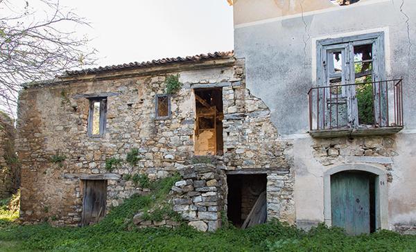 Rudere di abitazione rurale bisognoso di restauro