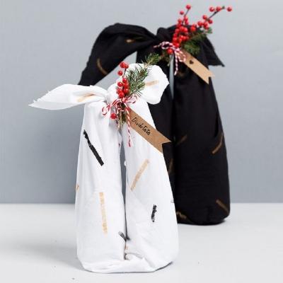 I furoshiki per avvolgere le bottiglie, da fabricadeimaginacion.com
