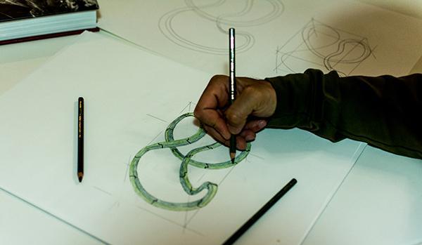 L'artigiano Giuseppe Bruno di MobiliStortiprogetta uno dei suoi mobili surrealisti
