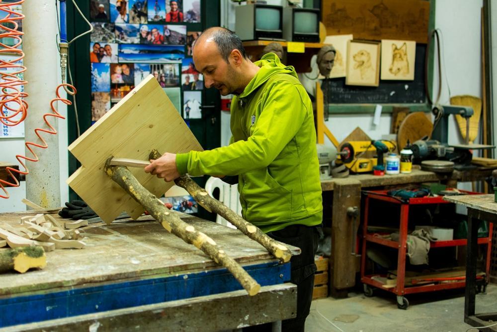 L'artigiano Giuseppe Bruno di MobiliStorti mentre crea un pezzo in stile surrealista