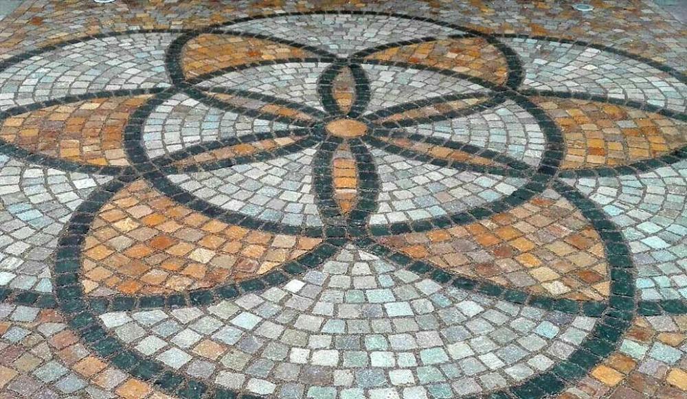 Pavimento decorativo in sampietrini colorati di Avisio Porfidi