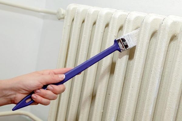 Riverniciare termosifoni con pennello