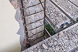 Il degrado mette a vista la tipica armatura di un pilastro di cemento armato