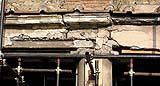 Trave di cemento armato con lesione a taglio e armatura gravemente corrosa