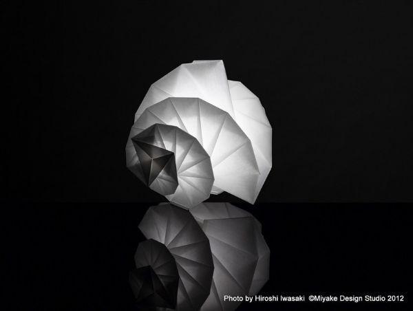 la lampada Mendori di Artemide in materiale riciclato