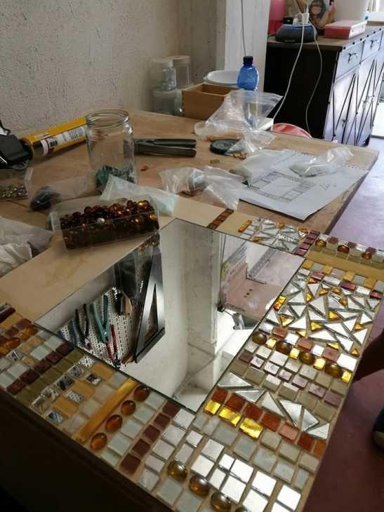 Come si realizzano specchi artigianali con mosaici Luisa degli specchi